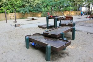 Matschanlage auf dem Spielplatz im Lindenpark